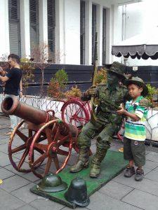 Salah satu anak berfoto selfie bersama manusia patung Kombat