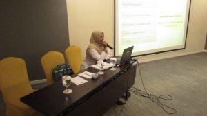 Erin Dyah Istiana saat memaparkan bahaya Kanker Servix kepada karyawan hotel Ibis Surabaya City Center pada hari Senin (7/11)