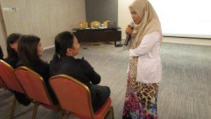 Erin saat berinteraksi dengan salah satu karyawan hotel Ibis Surabaya City Center pada hari Senin (7/11)