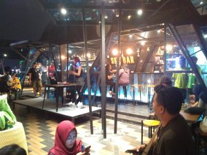 Suasana SkyBar Maxone Hotel Tidar Surabaya pada Sabtu malam (5/11/2016)