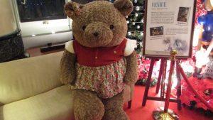 Boneka Teddy Bear berukuran 2 meter ini terdapat di Lobby Hotel JW Marriot Surabaya