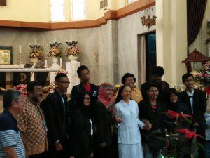 Mahasiswa UINSA Surabaya berfoto bersama dengan Panitia Natal 2016 seusai misa Natal (25/12/2016) di Katedral Surabaya