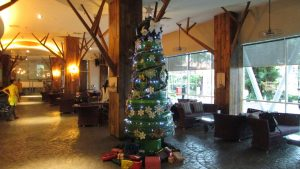 Pohon Natal Ban Bekas yang ada di lobby hotel Mercure Grand Mirama Surabaya