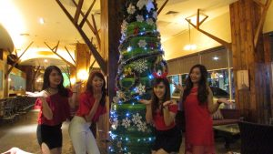 Pengunjung Hotel Mercure Grand Mirama Surabaya berpose di depan Pohon Natal Ban Bekas pada hari Sabtu (10/12/2016)