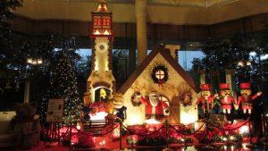 Patung dan Ornamen Natal di lobby Hotel JW Marriot Surabaya