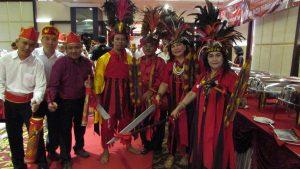 Penari dan pendukung Tari Cakalele seusai mengisi acara Pelantikan Pengurus K2S Jawa Timur dan ODC Jawa Timur