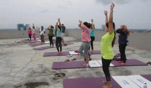 Peserta senam Yoga mengikuti senam Yoga di Rooftop Favehotel, Rungkut, Surabaya pada tanggal 26/2/2017