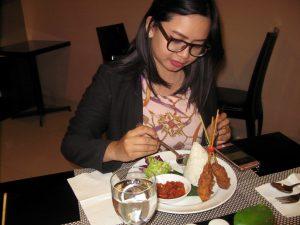 Intan Manulang sedang mencoba sate rempah di hotel Best Western Papilio Surabaya