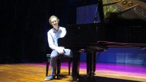 Tobias Borsboom seusai tampil memainkan piano di Ciputra Hall Surabaya pada hari Senin (17/4/2017)
