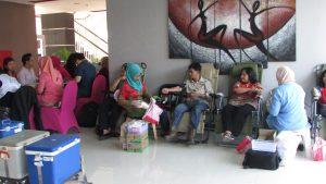 kegiatan donor darah di Hotel Fave Rungkut dalam rangka perayaan Hari Kartini