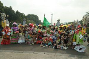 Guru-Guru anggota IGTKI-PGRI foto bersama setelah Gerak Jalan Santai Busana Daur Ulang pada hari Minggu (21/5/2017) di depan tugu Monumen Nasional, Jakarta Pusat