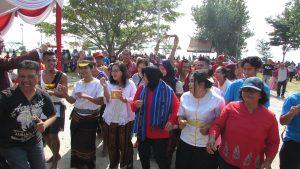 Tri Rismaharini selaku Walikota Surabaya menari tarian poco-poco bersama para undangan perayaan Hari Pattimura ke 200