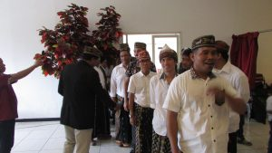 Persiapan Proses Perarakan Para Kandidat Ketua Baru Ikatan Keluarga Manggarai Surabaya di acara Musyawarah Besar ikatan kelompok tersebut