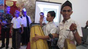 Para Musisi Tradisional asal Manggarai, Flores, Nusa Tenggara Timur yang mengiringi prosesi pemilihan calon Ketua Ikatan Keluarga Manggarai Surabaya (IKEMAS) pada hari Minggu (4/6/2017)