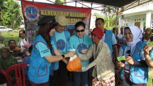 Secara simbolis, Poppy Febe Enoch selaku Ketua K2S Jawa Timur Memberikan sembako kepada warga desa Semanding, Tuban, Jawa Timur pada hari Sabtu (10/6/2017)