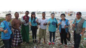 Beberapa Anggota K2S Jawa Timur berpose bersama beberapa Nelayan seusai pembagian takjil