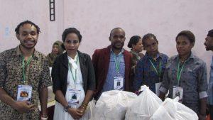 Nies Tabumu selaku Ketua Panitia Acara Beauty Papua Talent (pria berjas merah) bersama para panitia lainnya saat di lokasi acara