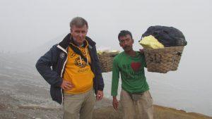 Frank Huttman bersama dengan seorang pekerja tambang Belerang di Kawah Gunung Ijen