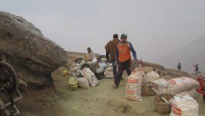 Para Pekerja Belerang di Kawah Gunung Ijen Mengumpulkan Batu Belerang