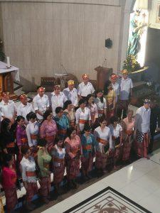 Salah Satu Peserta Konser Musik Daerah menyanyikan lagu daerah dari daerah Kalimantan di gereja Katolik Santo Polikarpus Jakarta pada Sabtu malam (26/8/2017)
