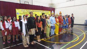 Siswa-siswi SMA Kr Dharma Mulya (kiri) bersama Mahasiswa - Mahasiswi Korea IT Volunters mengikuti rangkaian acara Cultural Exchange pada hari Jumat (18/8/2018) di SMA Kristen Dharma Mulya Surabaya