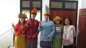 Megawati Mulyono (paling kanan) selaku Kepala Sekolah SMA Kristen Dharma Mulya Surabaya mendampingi mahasiswa-mahasiswi Korea IT Volunteers pada hari Jumat (18/8/2017)