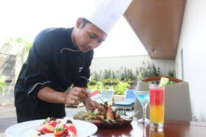 Salah Satu Chef Hotel Aston Solo memperkenalkan menu makanan dan minuman dalam rangka merayakan HUT RI ke-72