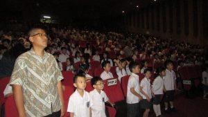 Para Siswa Kelas 5 SD Ciputra Surabaya sedang asyik menonton Dragon Dance