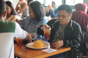Salah satu peserta lomba makan nasi goreng sedang menikmati makanan nasi goreng gila di The Origin Coffee and Dine hotel Cleo Jemursari Surabaya pada hari Sabtu (23/9/2017)