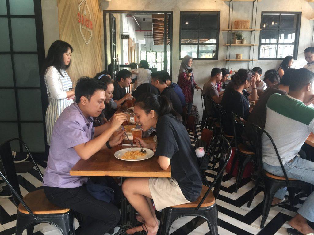 Suasana lomba makan nasi goreng di The Origin Coffee and Dine hotel Cleo Jemursari Surabaya pada hari Sabtu (23/9/2017)