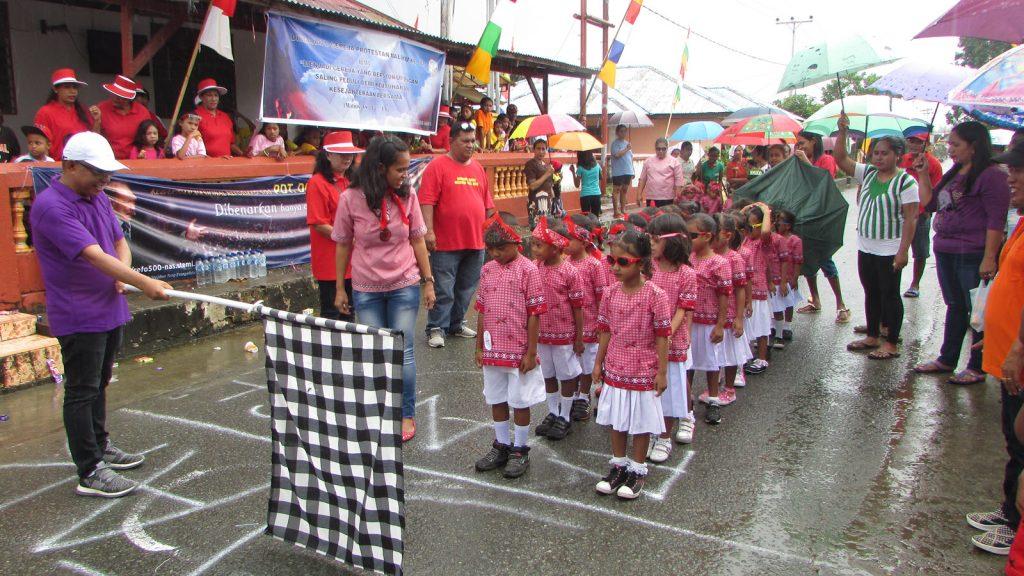 Suasana lomba baris - berbaris diantara anak-anak Waai, Maluku Tengah dalam merayakan HUT Gereja Protestan Maluku ke 82