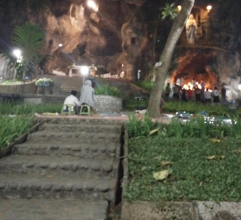 Suasana sebelum Misa Tirakatan Malam Jumat Legi di Gua Maria Lourdes, desa Puhsarang, Kecamatan Semen, Kabupaten Kediri, Jawa Timur pada hari Kamis malam (12/10/2017) dimulai