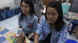 Chikita Imanuella (baju batik biru) dan Audrey Valencia Gunawan (kemeja polos warna biru), kedua peserta pelatihan LKDS SMA Kristen Dharma Mulya Surabaya