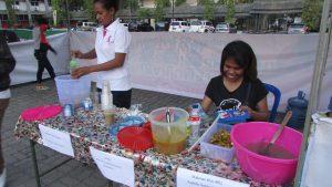 Beberapa Mahasiswa Maluku Utara sedang menyajikan makanan dan minuman khas Maluku di sela - sela pertandingan futsal