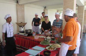 Salah satu Chef Hotel Grand Baliani Suites, Seminyak, Bali sedang memperkenalkan bahan - bahan masakan Indonesia khususnya Bali di Cooking Class kepada tamu hotel tersebut pada hari Kamis (9/11/2017)