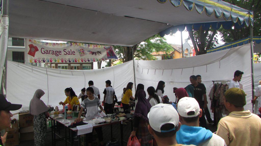 Suasana Garage Sale yang diadakan oleh Sekolah Ciputra Surabaya pada hari Sabtu (11/11/2017)
