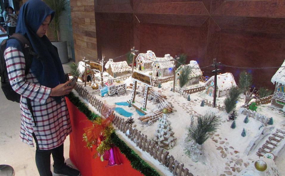 Salah satu pengunjung hotel Java Paragon tampak kagum dengan kue Ginger House di hotel Java Paragon Surabaya