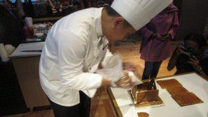 Iwan Setiono. Pastry Chef Hotel Java Paragon Surabaya sedang membuat kue ginger house di hadapan para pengunjung hotel pada hari Jumat lalu (9/12/2017)