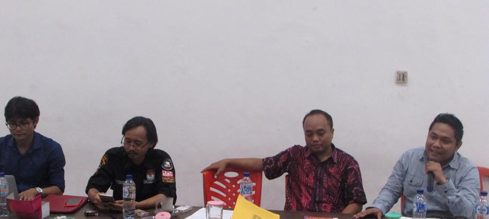 Para pembicara diskusi publik potret demokrasi pemilu dalam UU no 7 tahun 2017 yang diadakan oleh GMKI Cabang Surabaya itu pada hari Selasa (2/1/2017)