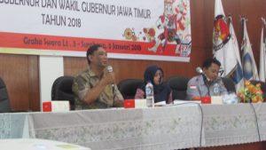 Para Pembicara dari Komisioner KPU Surabaya dalam kegiatan bimbingan teknis pembuatan laporan pertanggungjawaban keuangan Pilgub Jawa Timur 2018 pada hari Jumat (5/1/2018) di Graha Swara Surabaya
