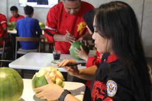 Berbagai peserta kaum muda merangkai seni buah dan sayuran pada acara Seni Fruit and Vegetables Carving di hotel Yello, Jemursari, Surabaya pada hari Rabu (28/2/2018)