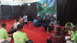 Beberapa orang mengikuti penyembuhan oleh Sapta Darma Semampir saat acara Lustrum 37 Institut Bisnis dan Informatika STIKOM Surabaya