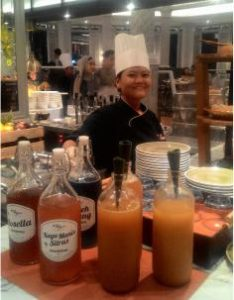 Pramusaji Restoran Pavilion Hotel JW Marriot Surabaya Sedang Menyiapkan Jamu Tradisional