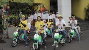 Persiapan anak-anak Panti Asuhan Ulul Albab mencoba sepeda listrik saat acara Ramadhan Ceria Yello Hotel Jemursari Surabaya