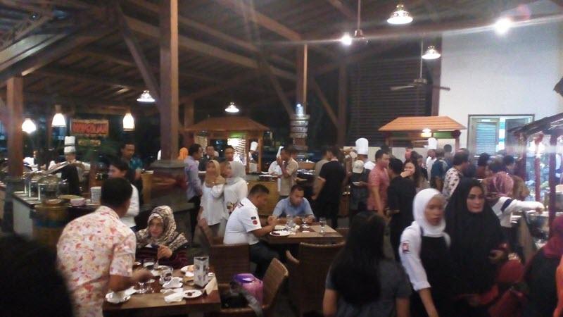 Suasana Pasar Rakyat di Hotel Singgasana Surabaya pada bulan Ramadhan kali ini