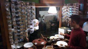 Suasana Pembuatan Tahu Tek pada acara Pasar Rakyat di hotel Singgasana Surabaya