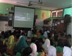 Siswa SD Negeri 3 Mojo Surabaya sedang menonton film Indonesia Satu untuk menumbuhkembangkan jiwa Nasionalisme