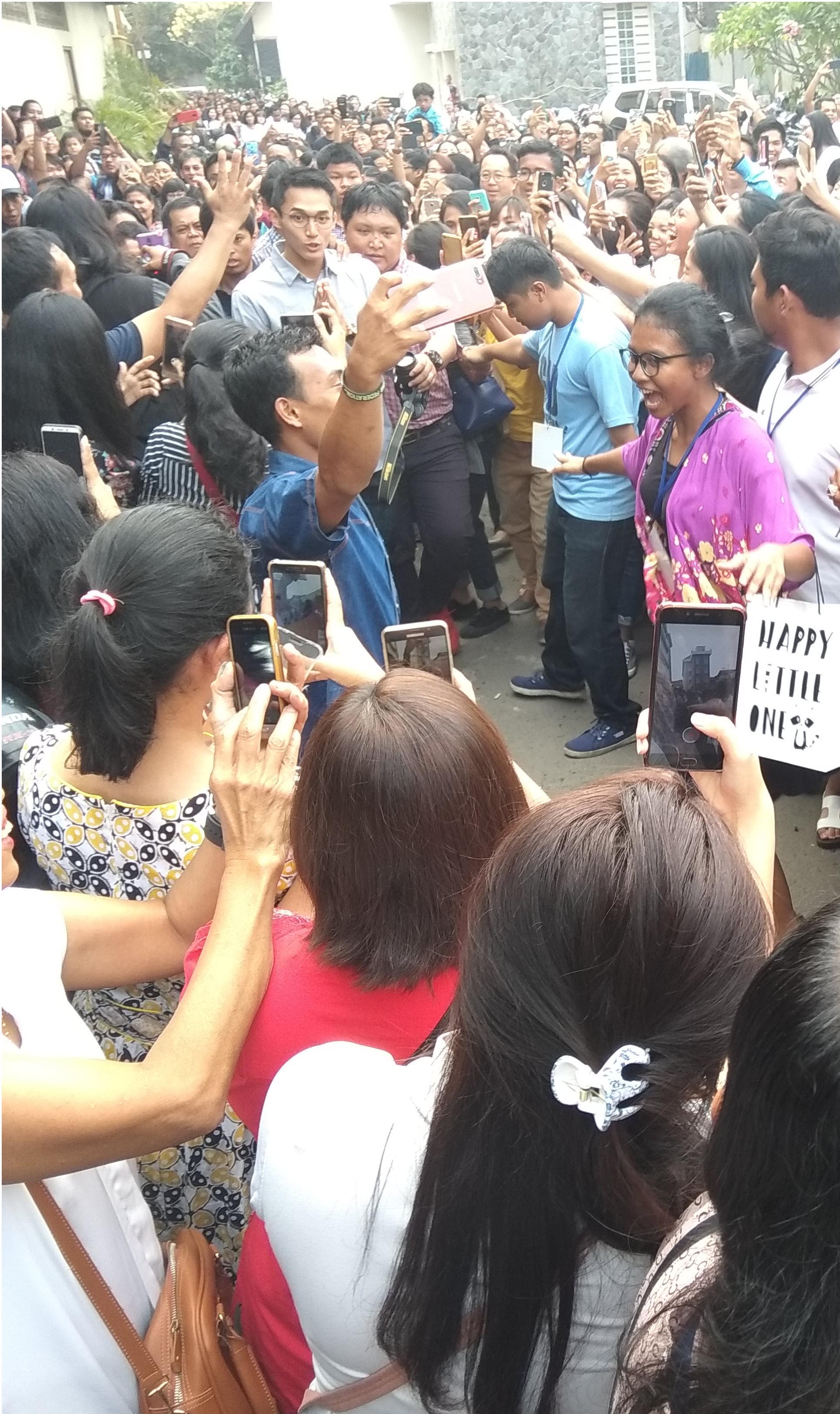 Ratusan Fans Jonatan Christie menanti kedatangan idolanya sebelum acara mini talkshow di SD Antonius Jakarta Timur hari Minggu (2/9/2018)