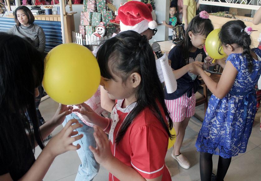 Keceriaan Anak - Anak bermain joget balon di Fun Holiday Activity, Hotel Yello Jemursarari Surabaya