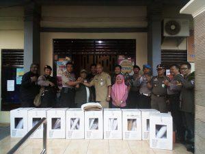 Petrus Reawaruw paling kiri petugas PPK Dapil 1 Surabaya yang bekerja dengan jiwa melayani dengan tulus